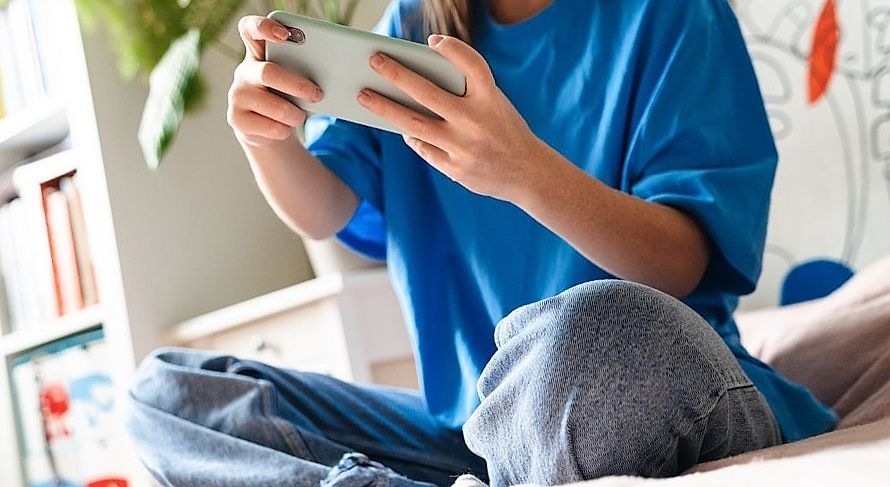 meisje speelt in een smartphone